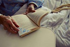 Výroba záložky – jedna z aktivít tvorivých dielní pre pacientov/pacientky