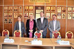 Dr.Rössler s rektorom, prorektorkou a dekanom EF UMB