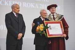 Na snímke obaja nositelia čestného titulu Magnum Decus Universitatis s rektorom univerzity