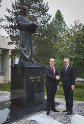 Po odhalení sochy Mateja Bela rektor s podpredsedom vlády SR pre investície a informatizáciu Petrom Pellegrinim