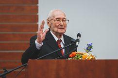 Najvyššie ocenenie UMB – Magnum Decus Universitatis (Veľká ozdoba univerzity) udelil rektor aj  Dr. h. c. prof. PhDr. Júliusovi  Albertymu, CSc.
