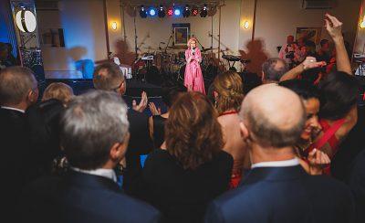 Nadšené publikum spieva spolu s Helenou Vondráčkovou