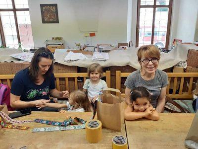 V Dielni ľudových remesiel deťom pomáhali maminky a staré mamy.