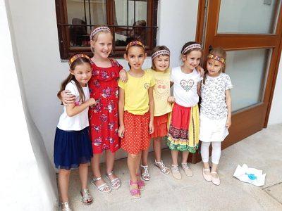 Dievčatá si vyrobili krásne čelenky a náramky.