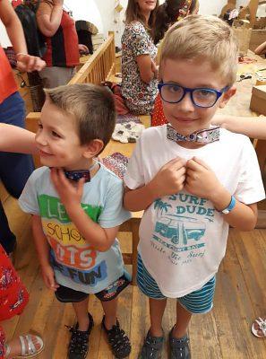 Chlapci si vyrobili krásnych motýlikov.