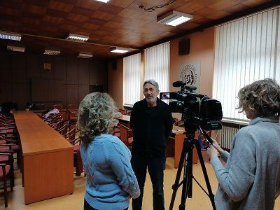 prof. Miklovic zo Srbska poskytuje rozhovor pre slovenské vysielanie na Ukrajine