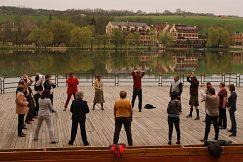 Workshop na pohybové aktivity v prostredí amfiteátra na jazere
